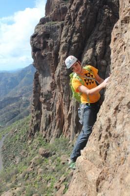 Escalando vías clásicas con aventura en canarias